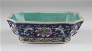 19世纪粉彩水仙盆<br/>a 19th centry famille rose narcissu pot