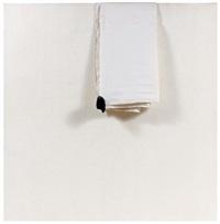 composition au drap blanc avec pierre noire by angel alonso