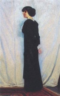 stående kvinde i sort kjoleforan hvidt nedhængende klæde by poul corona