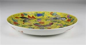 清杏黄地粉彩蝶瓜盘<br/>a yellow ground butterfly and apricot pattern qing famile rose dish