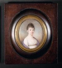 portrait de jeune femme en robe de soie blanche et cape mauve sur les épaules, fond de ciel bleu nuageux by leo lehmann