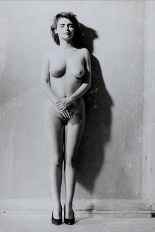 femme nue les bras croisés et les yeux fermés sylvie by bettina rheims