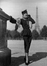 photographie de mode devant la tour eiffel by maurice tabard