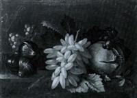 nature morte aux raisins, grenades et figures sur un entablement by gilardo da lodi