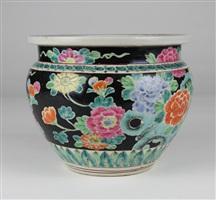 清黑底粉彩花卉卷缸<br/>a black ground qing famille rose pot