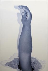 brazo de obrero atravesando el techo de una sala de arte desde una vivienda by santiago sierra