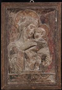 madonna con bambino, entro nicchia su basamento classico ornato da due putti che sostengono un clipeo by donatello