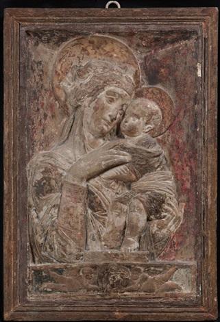 madonna con bambino entro nicchia su basamento classico ornato da due putti che sostengono un clipeo by donatello