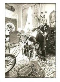 dali dans sa suite à l'hôtel meurice en 1974 sur une harley davidson by ulf andersen