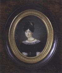 portrait d'une jeune femme en robe de velours noir bordé de dentelle, coiffée en chignon à rouleaux et piqué d'un peigne by sophie hubert