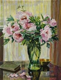 pfingstrosenstrauß in einer vase by anna gasteiger