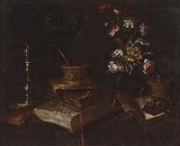 fiori, libri, occhiali e un candeliere su di un piano by master of the vanitas texts