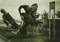 Mannequins-musiciens grotesques dans un champ au