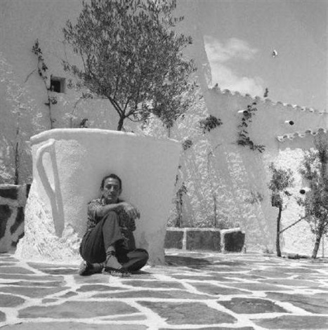 dali assis dans son patio à port lligat by pierre argillet