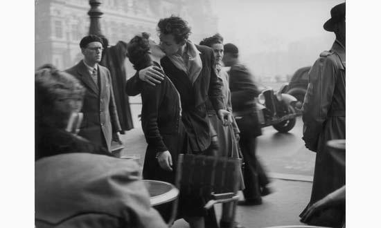 le baiser de lhôtel de ville by robert doisneau