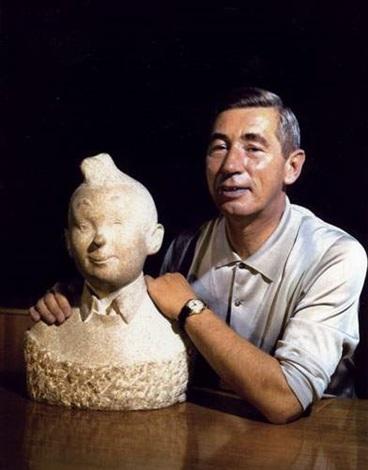 portrait du dessinateur georges rémi dit hergé père de tintin avec le buste en marbre de son héros by robert kayaert