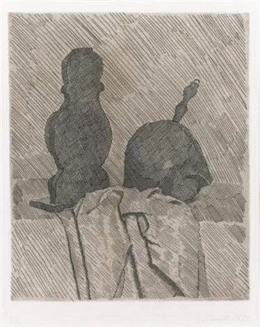 natura morta con due oggetti e un drappo su un tavolo by giorgio morandi