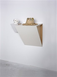untitled (skull mug, daisy hat) by haim steinbach