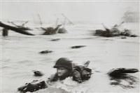 france. normandie, 6 juin - d-day. troupes américaines à l'assaut d'omaha beach lors du débarquement by robert capa