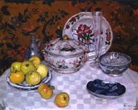 stilleben mit fayenceschalen und deckelschüssel, äpfeln, kelchglas und steinzeugflasche by henri marchal