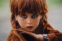 portrait d'une fillette afghane dans la zone tribale pashtoune, afghanistan by reza