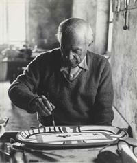 picasso decorant un plat, atelier madoura by edward quinn