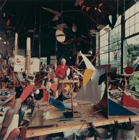 alexander calder dans son studio de roxbury connecticut by andreas feininger
