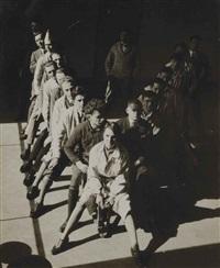 die studierenden der wandmalerei-werkstatt (hinnerk scheper im hintergrund) by t. lux feininger
