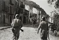 italie. troina, août - les premiers soldats américains entrant dans la ville by robert capa