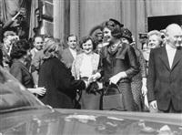 staatsbesuch in wien: jackie begrüßt nina chruschtschowa an der pforte zum palais pallavicini 4. juni 1961 (+ jacqueline kennedy steigt aus der staatslimousine; 2 works) by h. b. pflaum