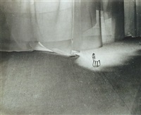 Chaise miniature devant un rideau transparent