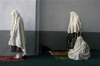 femmes priant à la grande mosquée d'herat, afghanistan, octobre by alexandra boulat