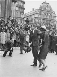 staatsbesuch in wien: john f. kennedy und jackie umringt von photographen, 4. juni 1961 by h. b. pflaum