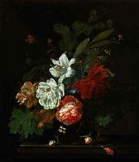ein blumenstrauss von rosen, tulpen, mohnblumen, wicken und einer dahlie in einer glasvase by willem grasdorp