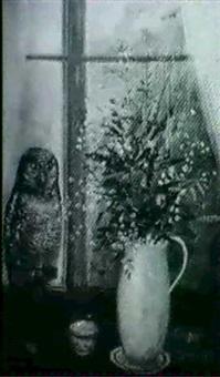 stilleben med blommor och uggla by ragnar lindén