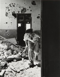 israël. jérusalem, 9 juin - un membre des forces du gouvernement israélien, la haganah, dans un bâtiment entourant la vieille ville, tenue par les arabes by robert capa