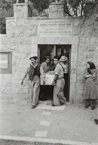 israël. jérusalem, juin - soldats de la haganah portant le cercueil du colonel david michael mar by robert capa