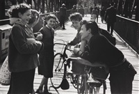 discussion d'adolescents à vélo by edouard boubat