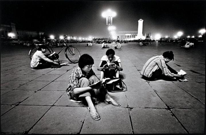 etudiants lisant à la lumière de la place tien an men beijing by liu heung shing