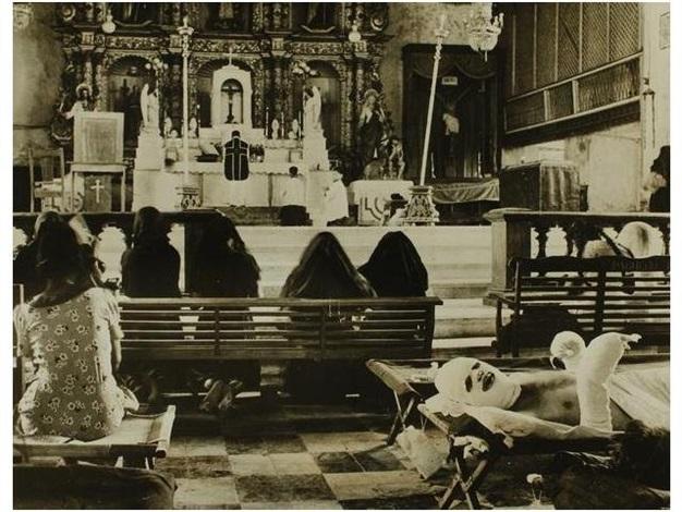 oficial americano herido en la catedral de leyte filipinas by w eugene smith
