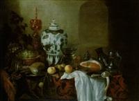 stilleben mit einer ming-vase, zwei pokalen, zinngeschirr, einem gefüllten weinglas und anderen by cornelis cruys
