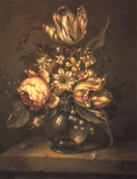 blumenstrauß in einer kugeligen glasvase by hans bollongier
