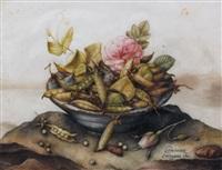 nature morte aux petits pois, et deux roses dans une vasque en céramique bleue posée sur un tertre by giovanna garzoni