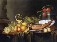 stilleben mit weintrauben, pfirsichen, orangen, schinken in einer ming-schale und einem venezianischen weinglas by laurens craen