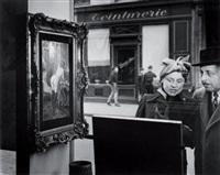 le regard oblique, devant la boutique de romi, rue de seine, paris by robert doisneau