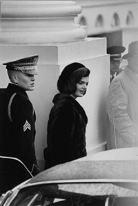 die first lady vor dem weißen haus (+ porträt jackie kennedy; 2 works) by fred ward