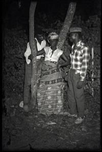 femme entourée par deux hommes, kinshasa, r.d.congo by jean depara