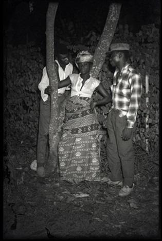femme entourée par deux hommes kinshasa rdcongo by jean depara