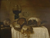 stilleben mit nautilusbecher, römerglas und zinntellern mit zitrone und maulbeerkuchen by gerrit willemsz heda