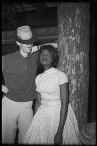 femme adossée à un arbre et homme au chapeau, kinshasa, r.d.congo by jean depara